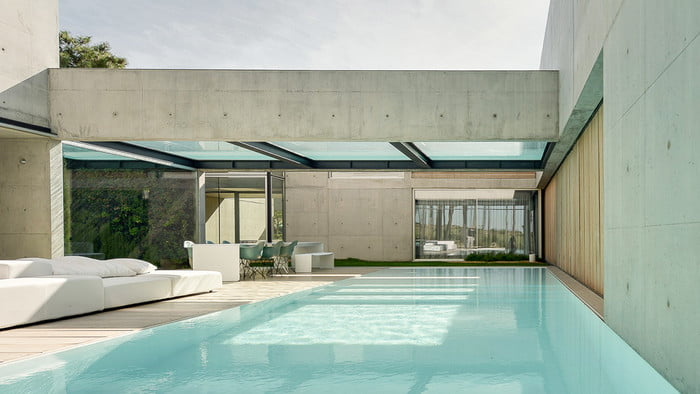 This Luxury Villa in Portugal has a Ridiculously Cool Glass Bottom Pool luxury villa This Luxury Villa in Portugal has a Ridiculously Cool Glass Bottom Pool guedes cruz the wall house 7 700x394 c